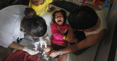 尼泊尔2女孩共享一双鞋 3