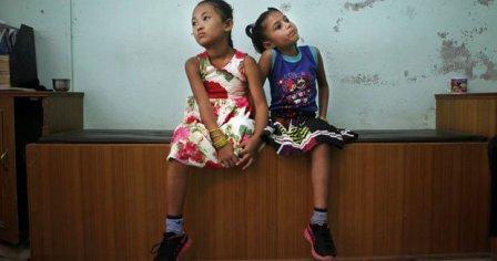 尼泊尔2女孩共享一双鞋 4