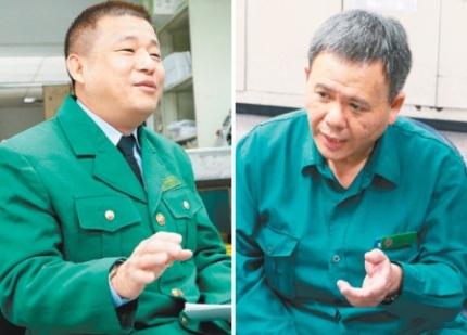 邮务稽查周明坤(左)、张荣(右),利用工作之余帮弱势长者送餐包。(记者林建玮/摄影)