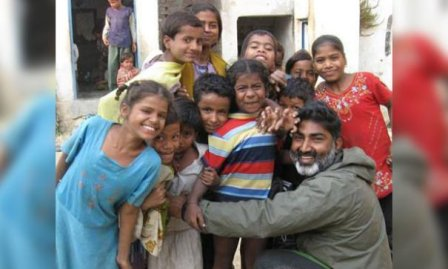 阿吉也多次前往尼泊尔营救受控毒贩的女孩。 (图片来源:fbcdn)