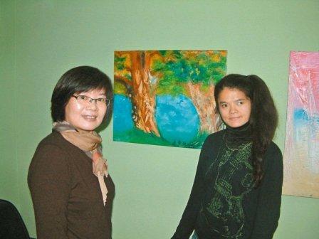 语障素人画家黄敏华,在苗栗县头份市「Wen Wen咖啡蛋糕」开画展。记者翁浩然/摄影