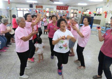 李若望神父教导社区老人家小乐器,还组成尚介青乐团,将载歌载舞义演为青阳协会募款。(记者周宗祯/摄影)