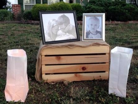 孩子们的邻居摆上照片,纪念早逝的生命。 (照片来源/Prayers for the Eddings Family)