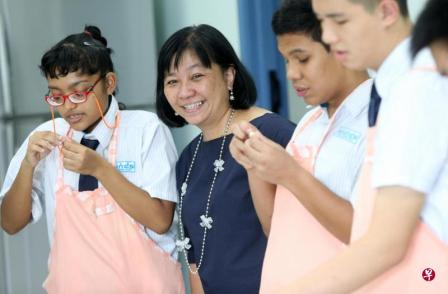 陶乐园学校资深教师徐丽娟(左二)认为,特殊教育教师须要将爱心和教学热忱,转为实践的动力,才能在教学上精益求精。(林国明摄)