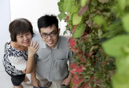 李永杰与母亲林妙莲。(何炳耀摄)