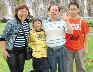 李永红(左一)虽罹患乳癌,仍积极面对人生,常和家人出游。(台湾癌症基金会/提供)