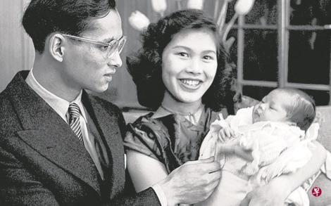 蒲眉蓬与妻子诗丽吉(右)1951年抱着刚出生的长女,难掩喜悦。