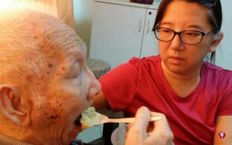 何宝卿开博客记录父亲生活的点点滴滴,包括父亲在世时照顾老人家进食的点滴,如今博客已成为家人怀念父亲的平台。(互联网)
