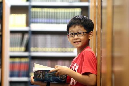 蔡景森虽然有阅读障碍,但从小养成阅读的习惯。