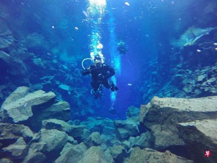 刘文祥到冰岛旅游时,成为首个在冰岛潜水的听障者。(受访者提供)