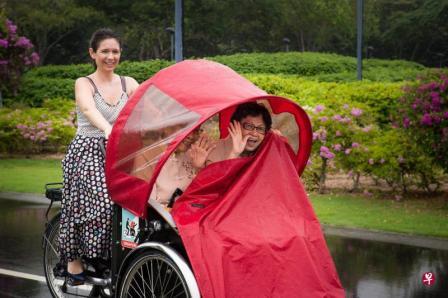 潘妮拉(左)采用改装后的三轮车载送乐龄人士兜风。