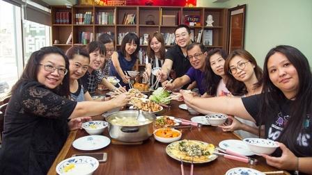 「我的这一桌」每次开团就秒杀,虽然主厨多是家庭主妇,菜色却一点也不马虎。刘洁萱摄
