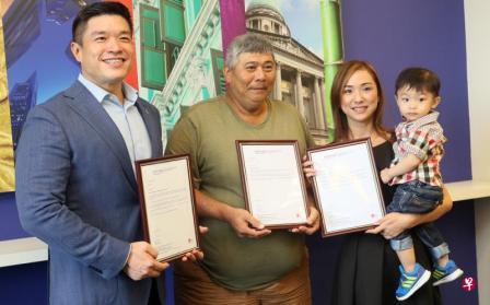 徐宝祥(左二)今早从楷博新加坡总监钟吉良(左一)手中接获奖状。郑媛蔚(右一)和儿子也一同出席。