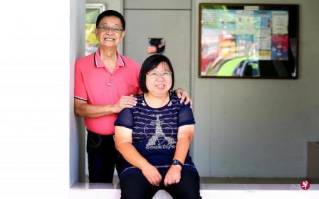 78岁的俞自源(左),数十年来一直照顾患病女儿俞秋利。