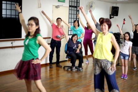俞自源(左二,穿粉红上衣者)常带着女儿俞秋利(中间坐者)一起参加团体活动,即便旁人都能时刻感觉到他对女儿的关爱之情。
